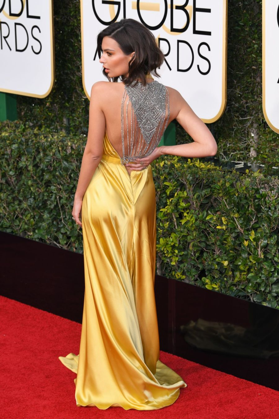 emily-ratajkowski-in-reem-acra-at-2017-golden-globe-awards-in-beverly-hills.7.jpg